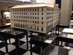 Das Modell des Hotel Métropoles steht als zentrales Symbol in der Mitte der Ausstellung. Das Wiener Grand Hotel Gebäude wurde 1938 zur Gestapo-Leitstelle. Das Hotel ist zudem Schauplatz von Stefan Zweigs »Schachnovelle«