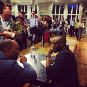 Teju Cole signiert nach der Lesung im Literaturhaus München (© Alke Müller-Wendlandt)